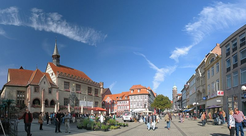800px-goettingen_marktplatz_oct06_antilived